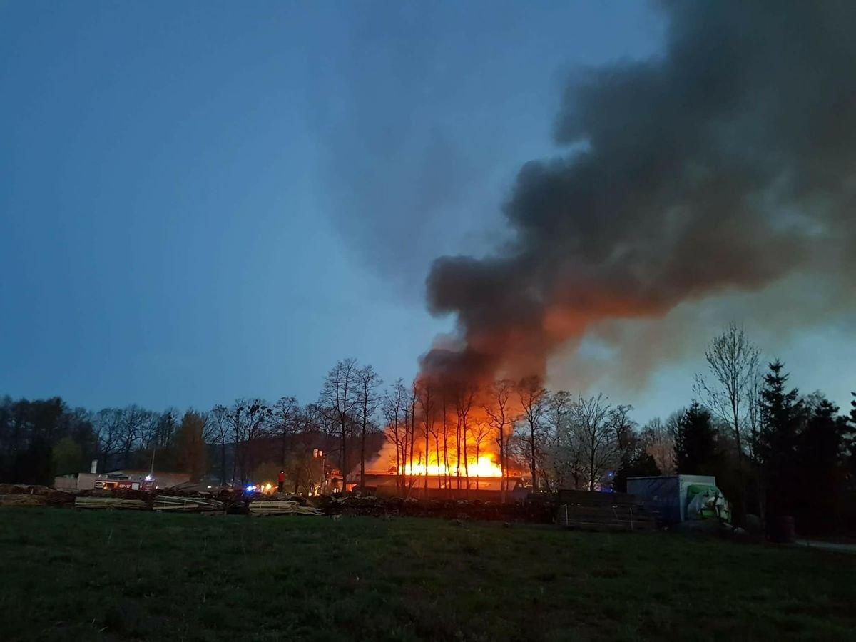 Groźny pożar. Słup dymu widać z daleka AKTUALIZACJA