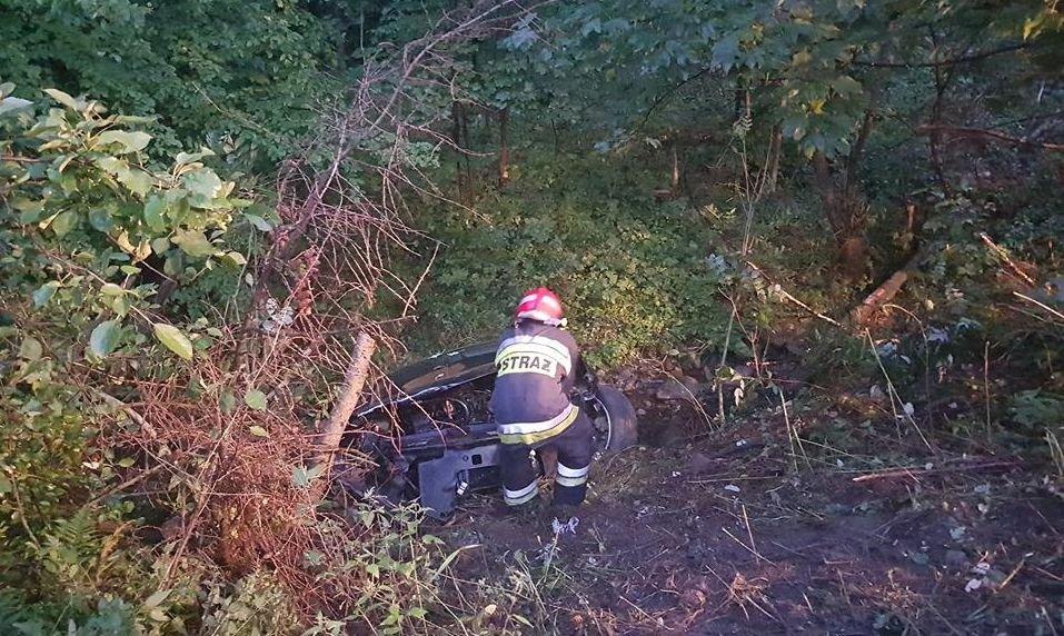 Samochód Spadł Ze Stromej Skarpy