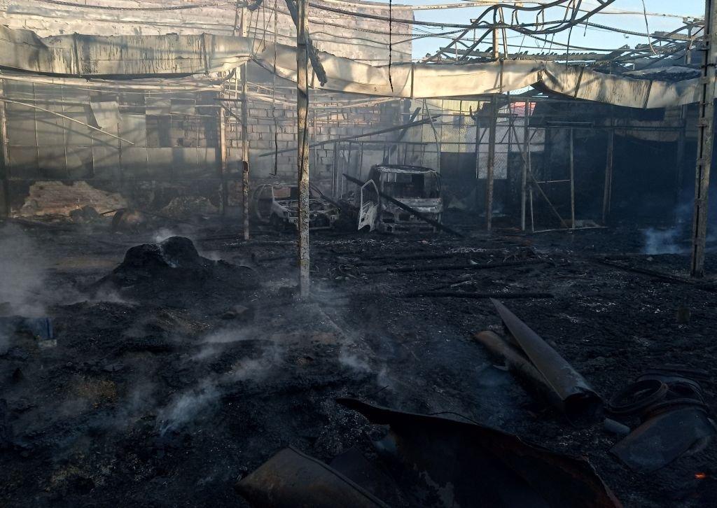 Pożar nieczynnej hali. Kłęby dymu