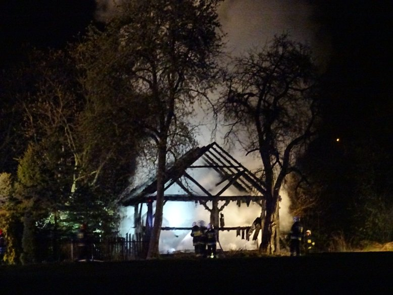 Strażacy dogaszają pożar stodoły