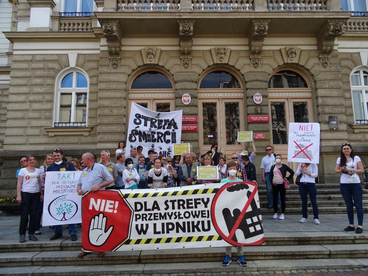 Protest pod urzędem miejskim