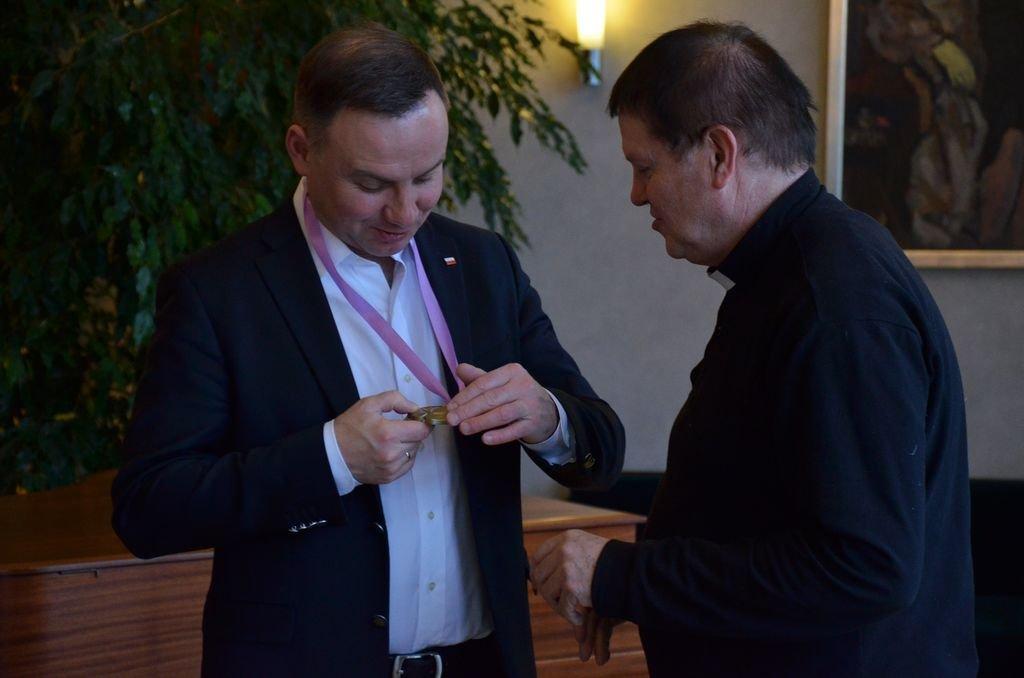 Prezydent Duda Z Medalem Od Parafian Ze Szczyrku