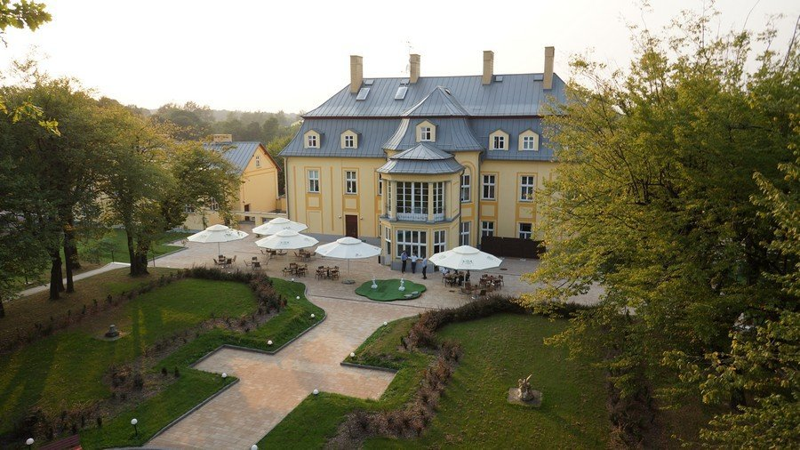 Piękny pałac wystawiony na sprzedaż