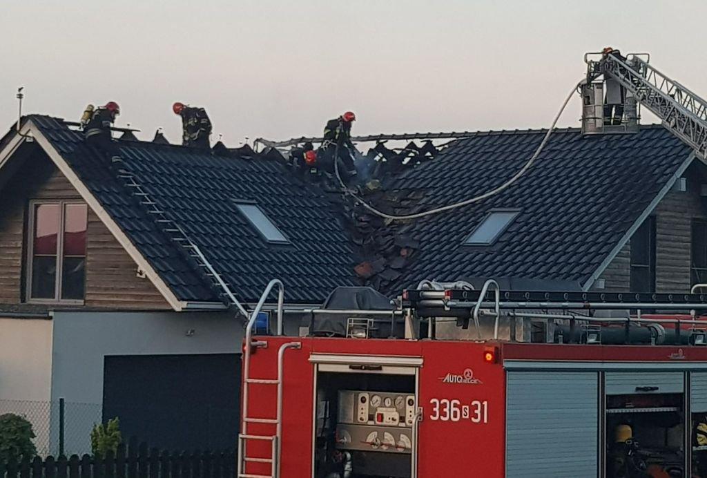 Pożar dachu. Od uderzenia pioruna?