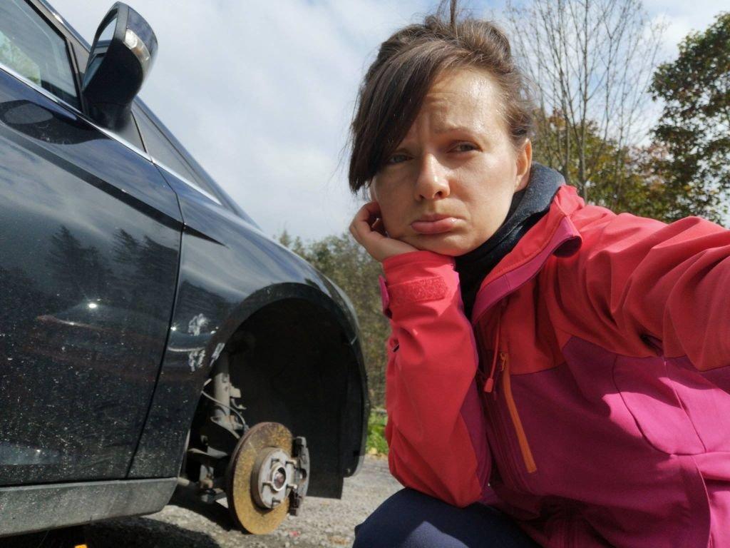 Ktoś Przebija Turystom Opony W Samochodach