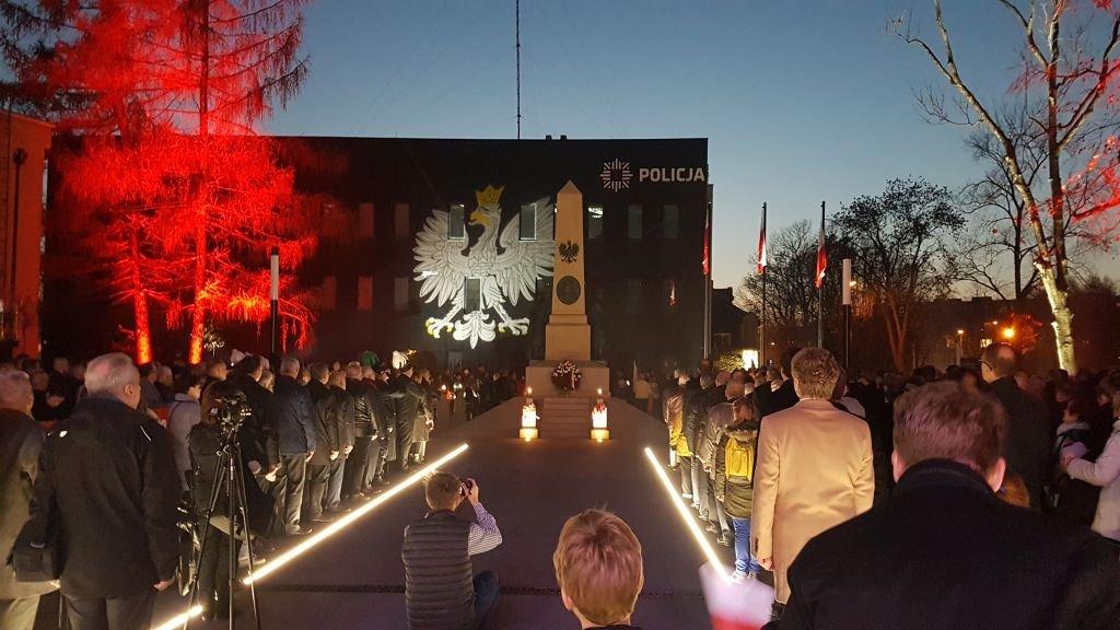 Mieszkańcy Tłumnie Przyszli, By Zobaczyć Pomnik