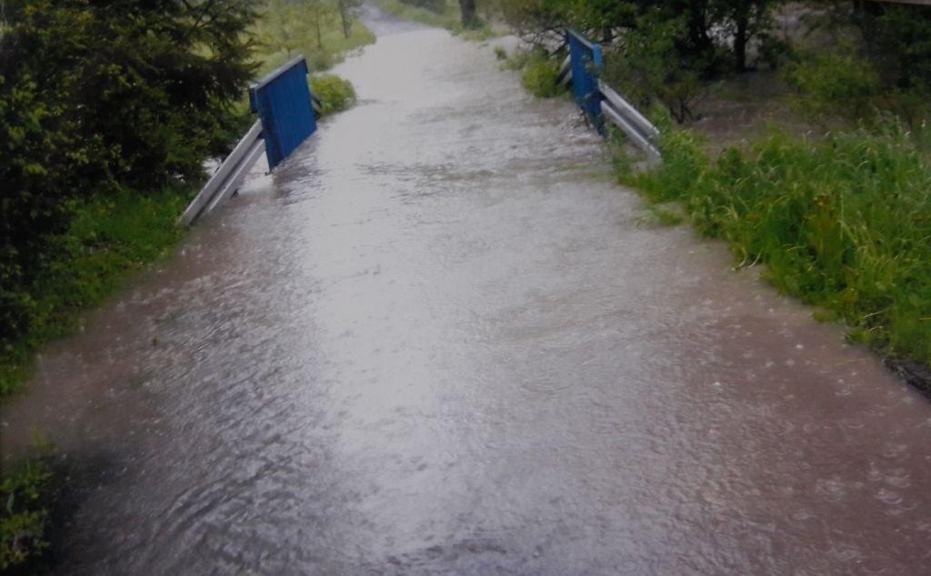 Potok Zamienia Się W Rzekę. Ludzi Podtapia