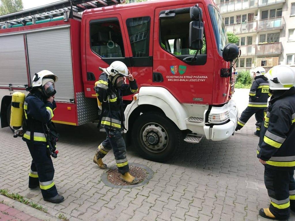 Pożar W Bloku. Mieszkaniec Utknął Na Balkonie
