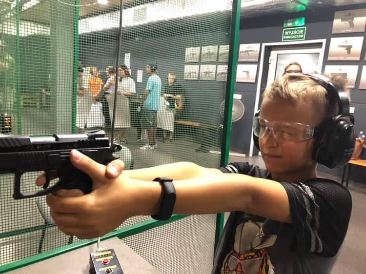 Wakacje z bronią. Dzieci uczyły się strzelać