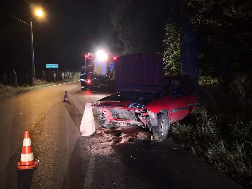 Auto uderzyło w drzewo. Kierowca był pijany