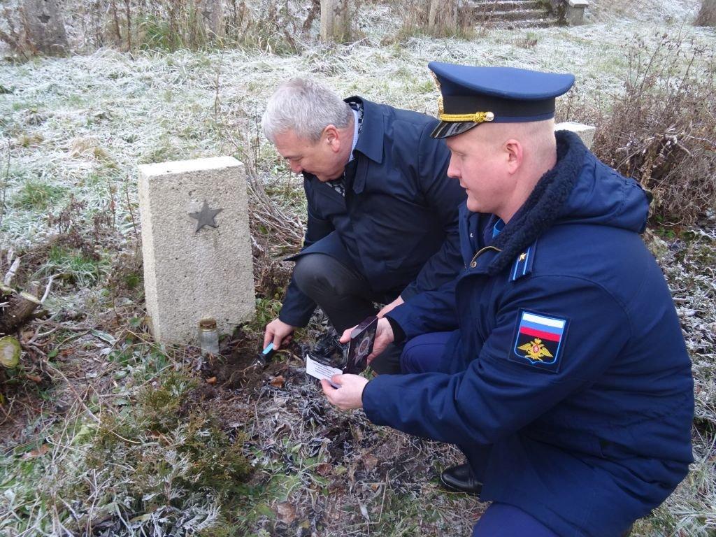 Rosjanie Pobrali Próbki Ziemi Z Cmentarza