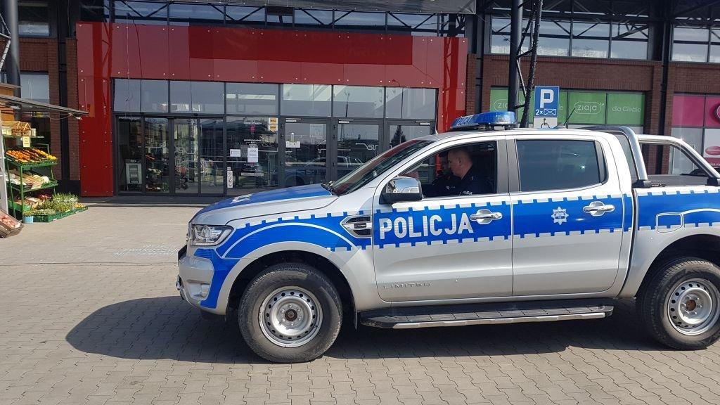 Policja przed centrum handlowym