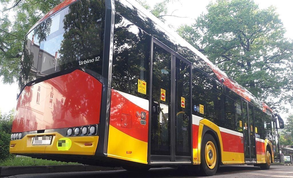 W autobusie tylu pasażerów, ile wynosi połowa miejsc siedzących