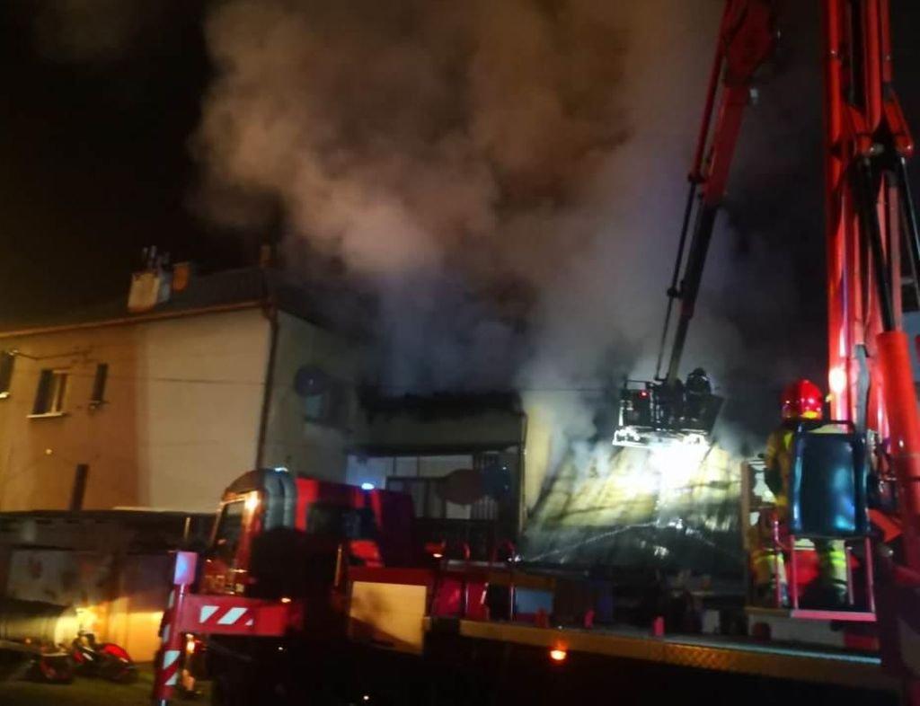 Nocny pożar: strażacy przed ogniem bronili budynków mieszkalnych