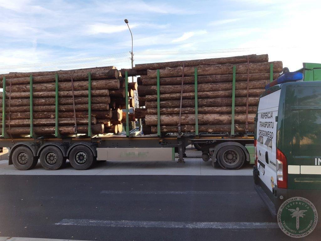 Ciężarówki były przeładowane drewnem. Jedna z nich aż o 12 ton