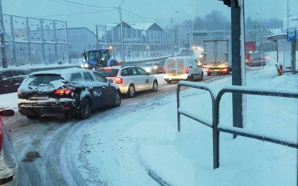 Trudne warunki na drogach. Największy problem mają kierowcy ciężarówek