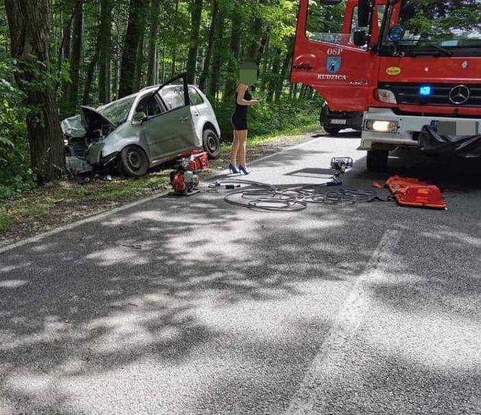 Samochód uderzył w drzewo. [AKTUALIZACJA]
